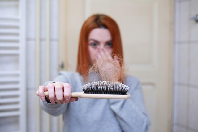 לא רק הלימודים והמבחנים: כל הסיבות לנשירת שיער במהלך הלימודים
